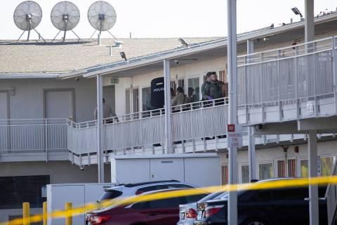La policía investiga la escena de un homicidio en Motel 6 cerca de Koval Lane y Tropicana Aven ...