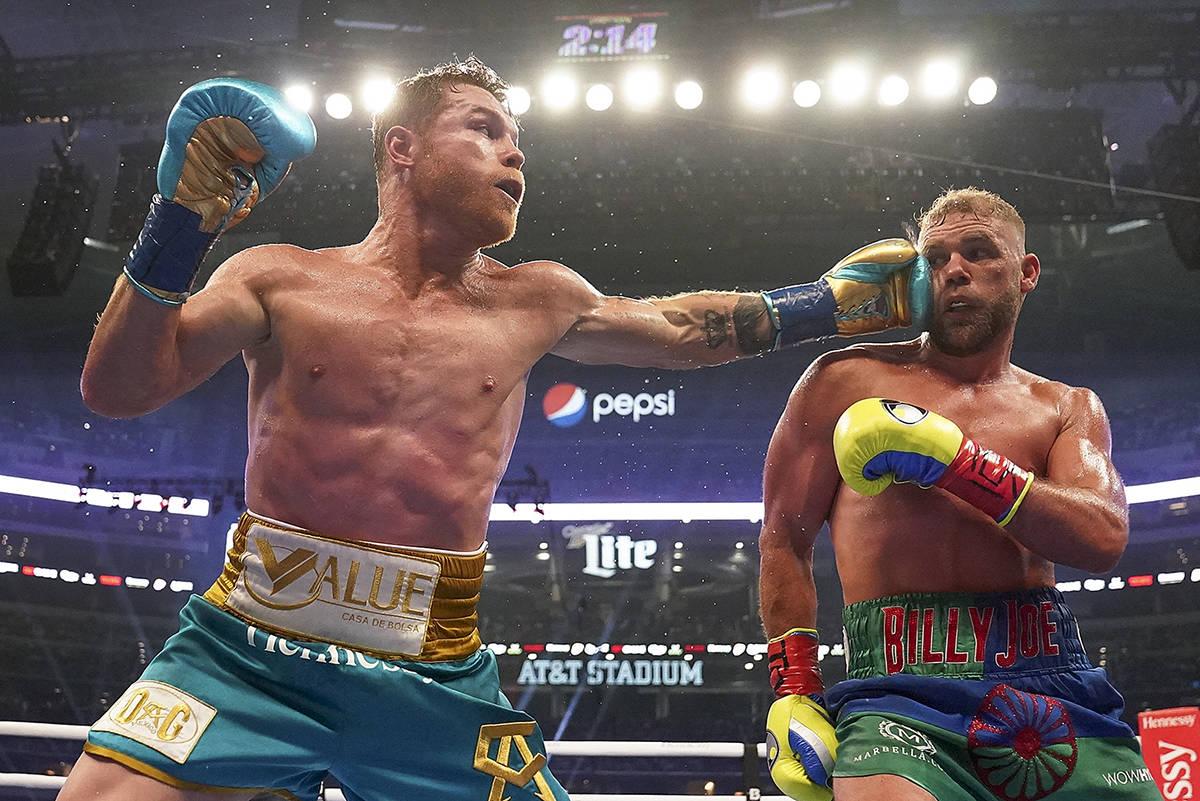 """""""Canelo"""" Álvarez, izquierda, conecta a Billy Joe Saunders durante un combate de boxeo por el c ..."""