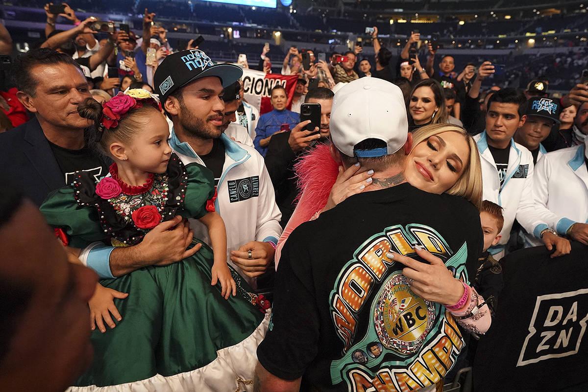 """""""Canelo"""" Álvarez abraza a su novia, Fernanda Gómez, mientras su hija, María -a la izquierda- ..."""