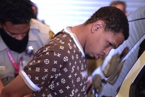 Terrell Rhodes es trasladado a una patrulla por la policía de Las Vegas. (LVMPD/YouTube)