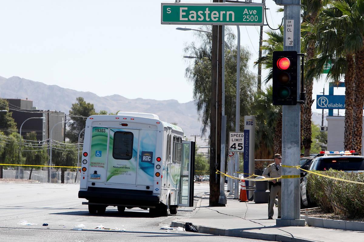 La policía investiga un accidente que involucró a un autobús y a una peatón el martes, 4 de ...