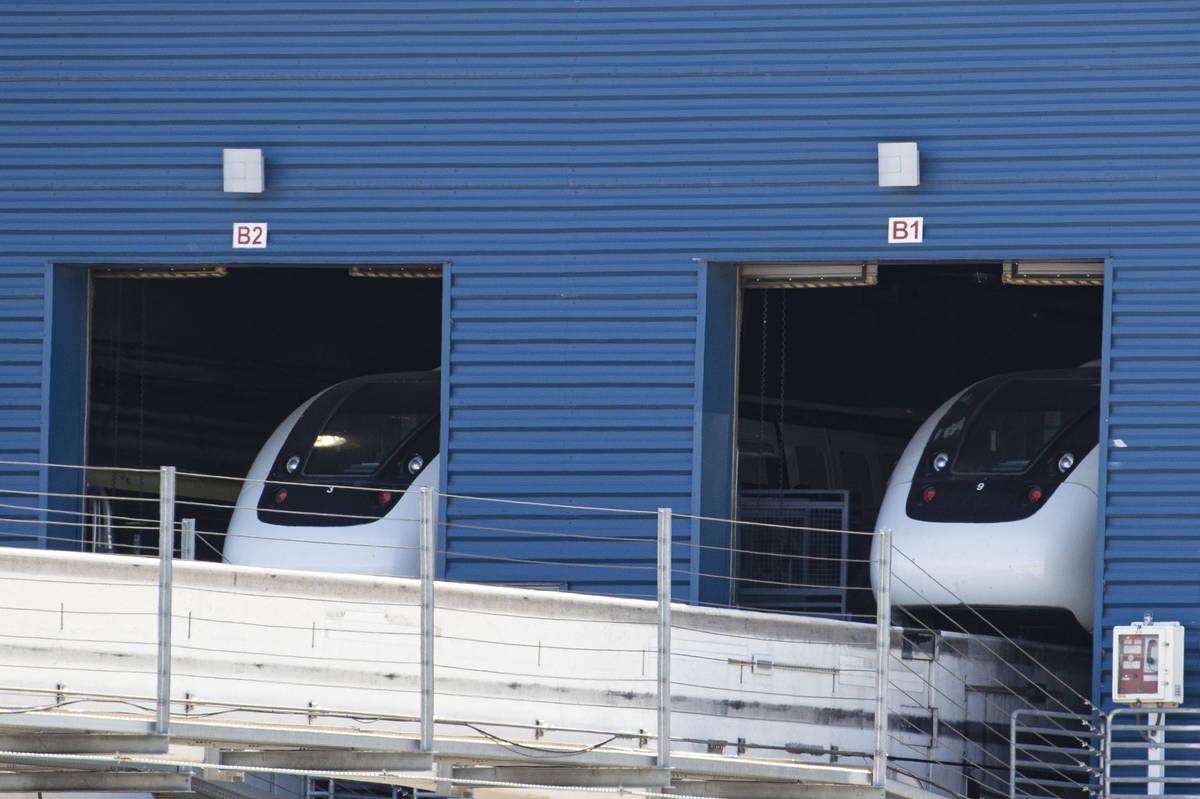 Los trenes del monorriel de Las Vegas estacionados dentro del Monorail Garage en Joe W. Brown D ...