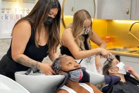 Las chicas escogidas para recibir el cambio de imagen obtuvieron corte de cabello, masaje, maqu ...
