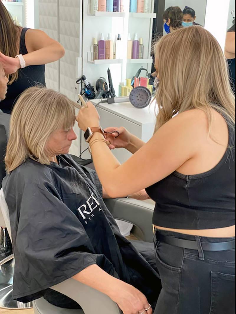 Un simple corte de cabello les ayuda a estas mujeres a incrementar su auto estima. Jueves 6 de ...