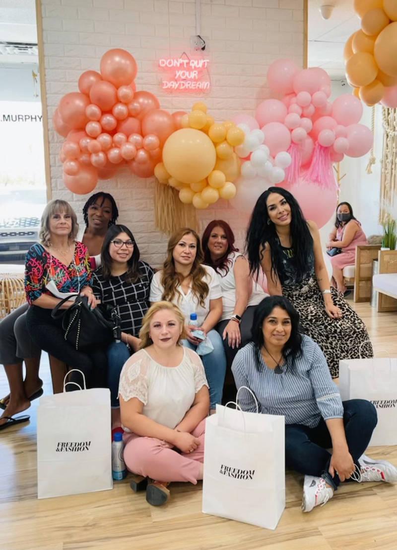 Algunas de las chicas participantes en el programa junto con representantes de Freedom y Fashio ...