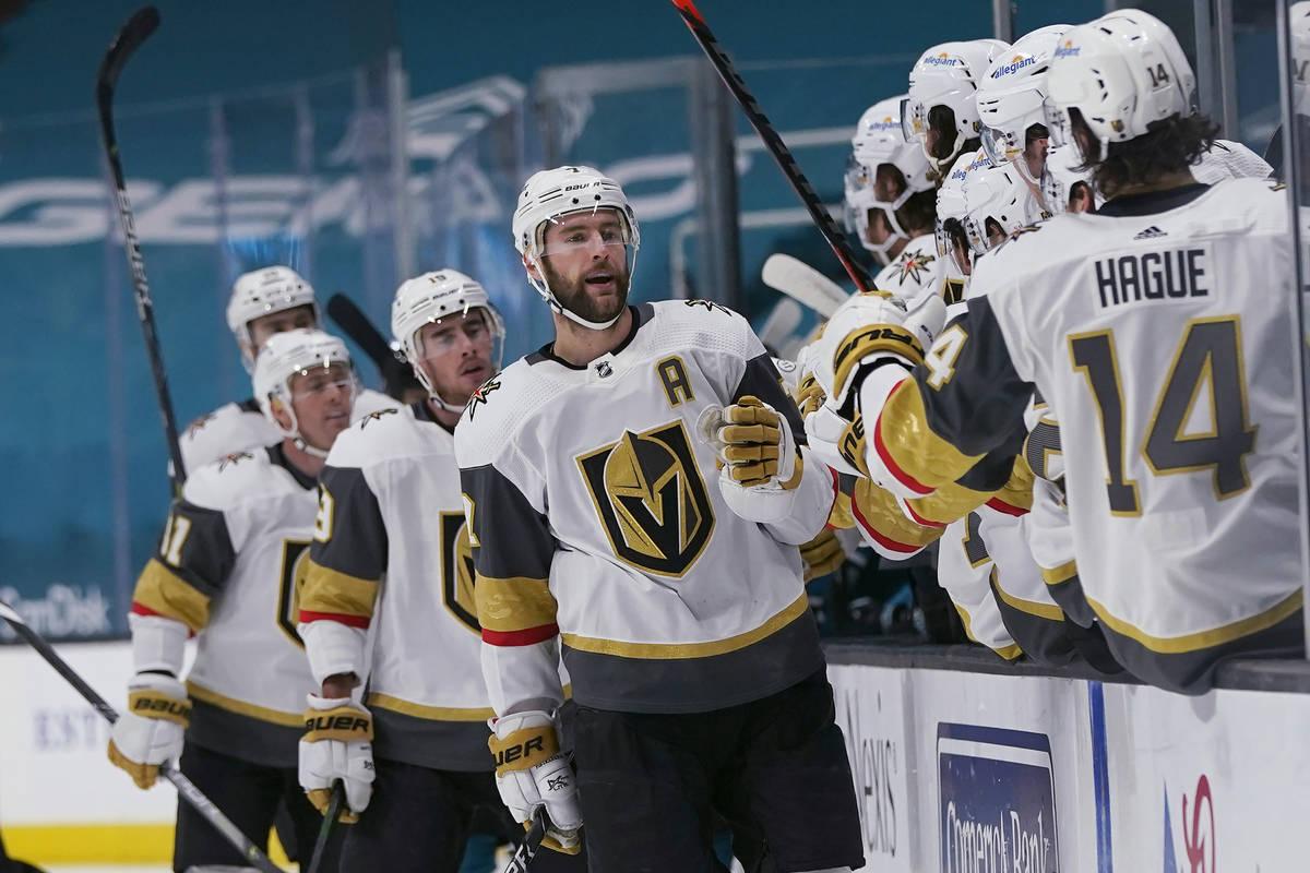 El defensa de los Vegas Golden Knights, Alex Pietrangelo, en medio, es felicitado por sus compa ...