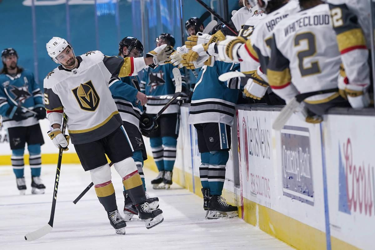 El alero derecho de los Vegas Golden Knights, Dylan Sikura, a la izquierda, es felicitado por s ...