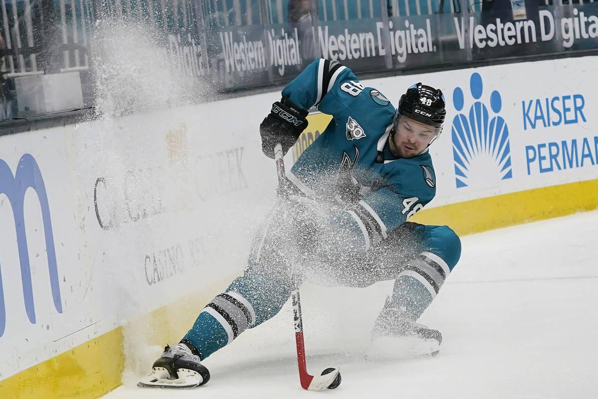 El centro de los San José Sharks, Tomas Hertl (48), patina hacia el puck durante el tercer per ...
