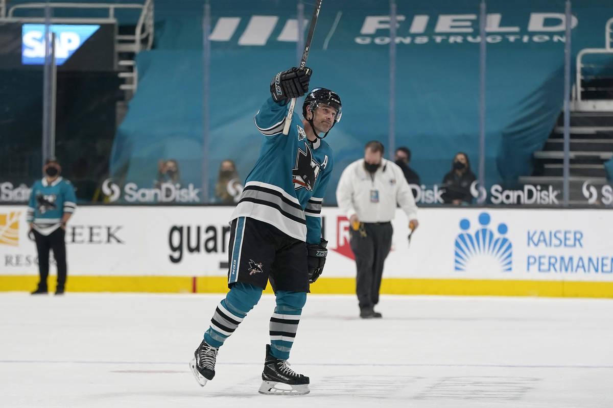 El centro de los San José Sharks, Patrick Marleau, saluda a los fans después de que los Vegas ...
