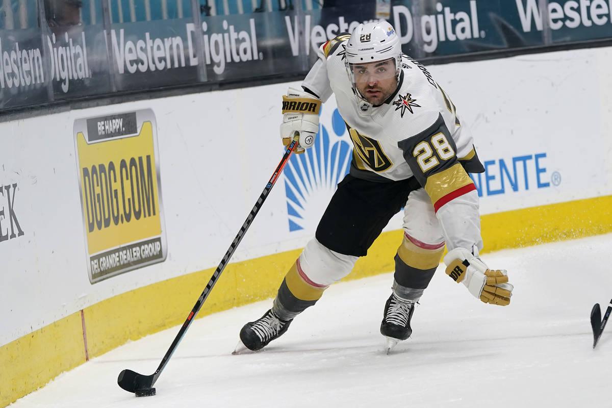 El alero izquierdo de los Vegas Golden Knights, William Carrier (28), patina con el puck durant ...