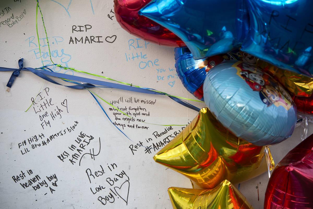 Muchas personas se reúnen para escribirle mensajes a la familia y a Amari Nicholson, fallecido ...