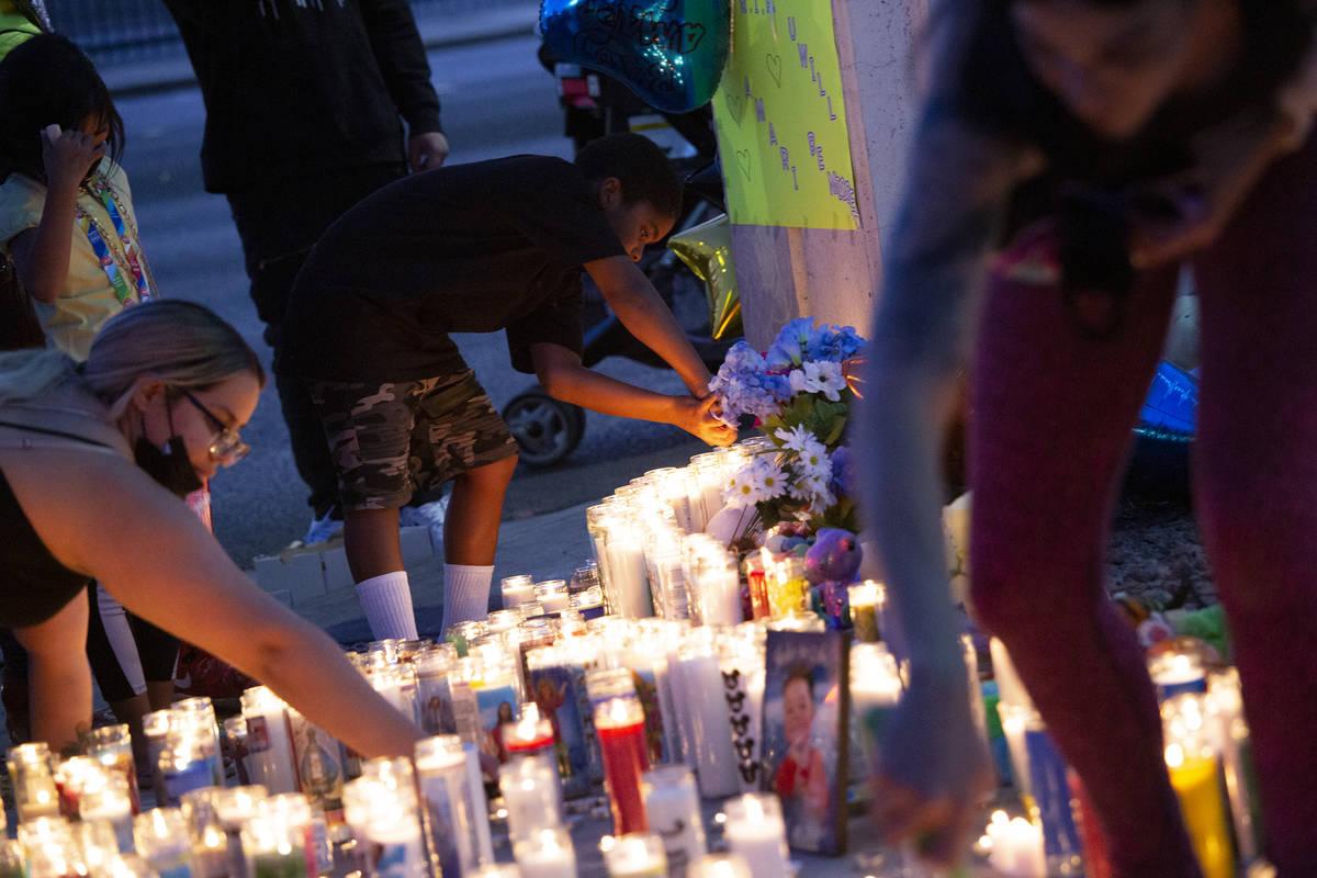 Muchas personas se reúnen para llorarle a Amari Nicholson, fallecido a los dos años de edad, ...
