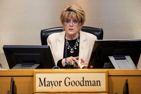 La alcaldesa de Las Vegas, Carolyn Goodman, habla durante una reunión del Consejo Municipal de ...