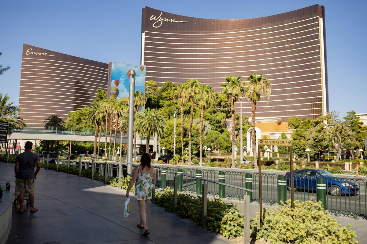 Una vista del Wynn Las Vegas y Encore en el Strip de Las Vegas el jueves, 6 de agosto de 2020, ...