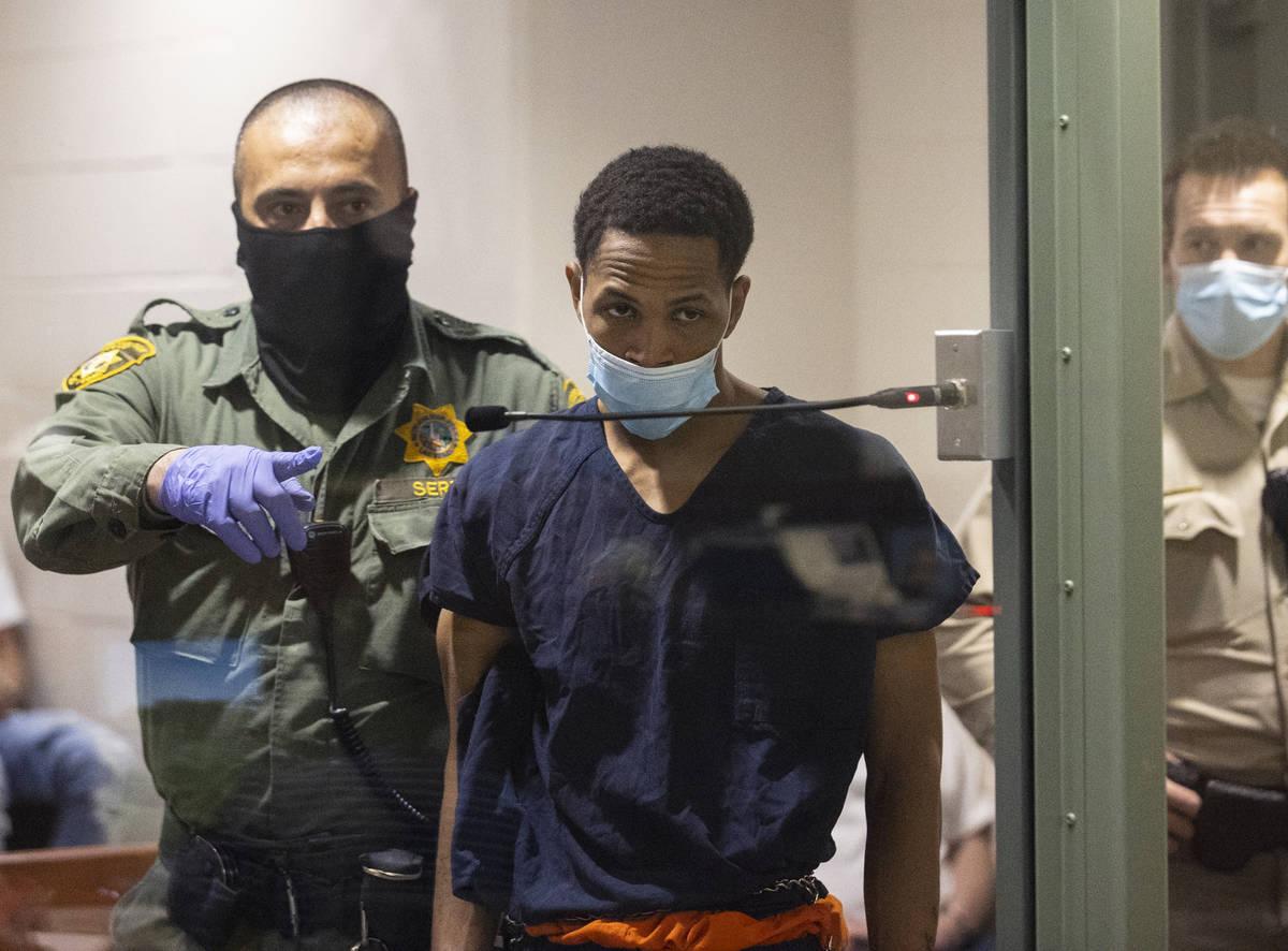 Terrell Rhodes, acusado de la muerte de Amari Nicholson, de dos años, es conducido a la sala p ...