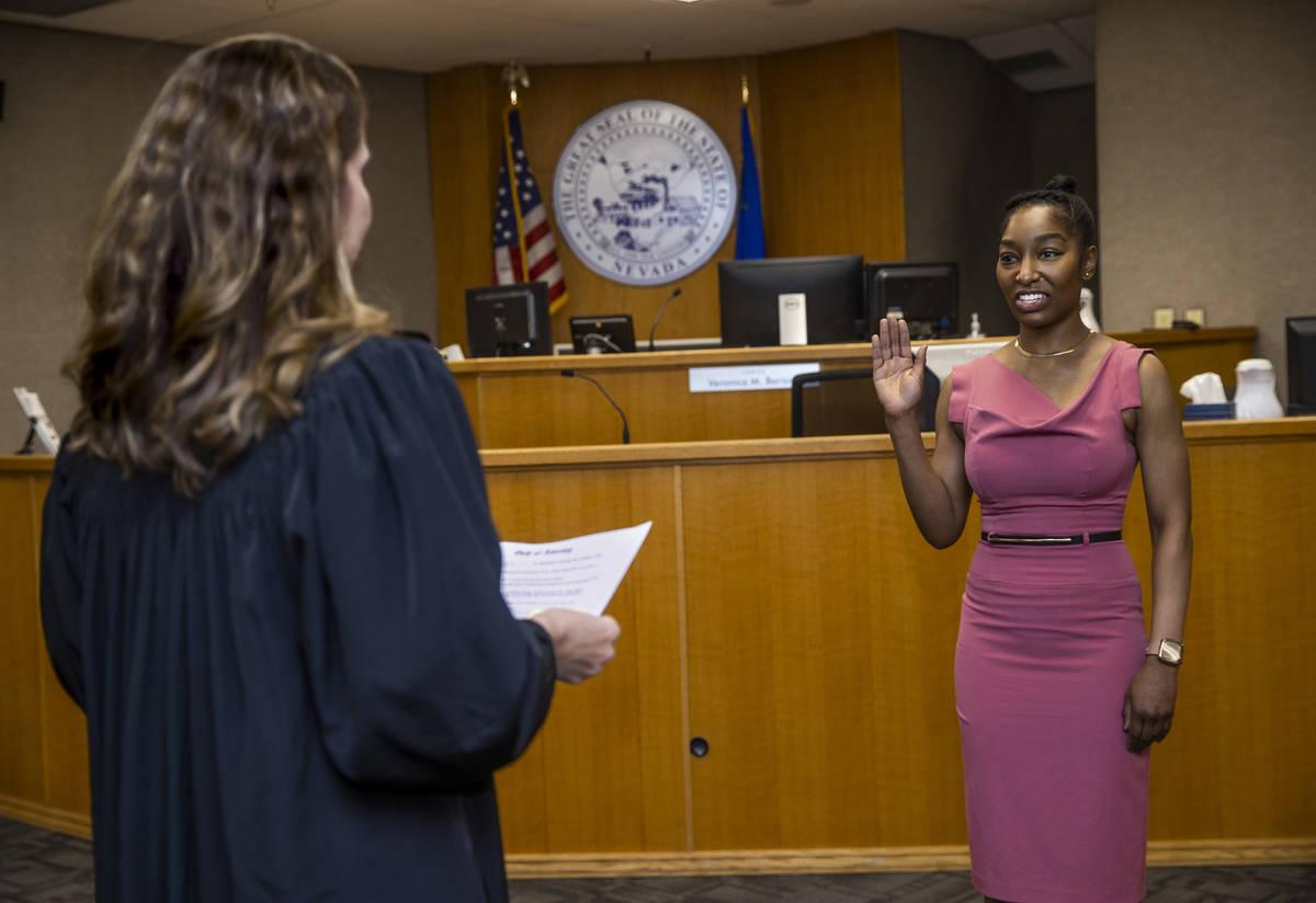 Dominique Bosa Edwards, a la derecha, jura ante la jueza Verónica M. Barisich tras aprobar el ...