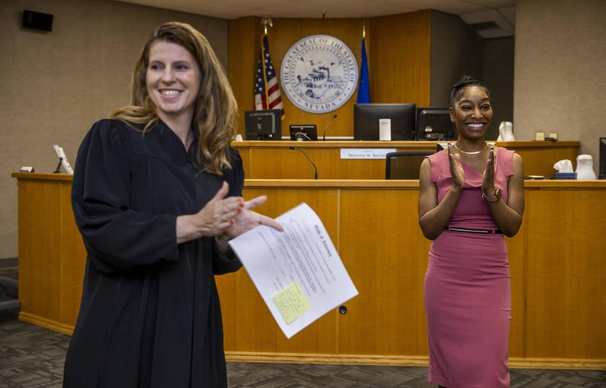 Le aplauden a Dominique Bosa Edwards, a la derecha, después de ser juramentada por la jueza Ve ...