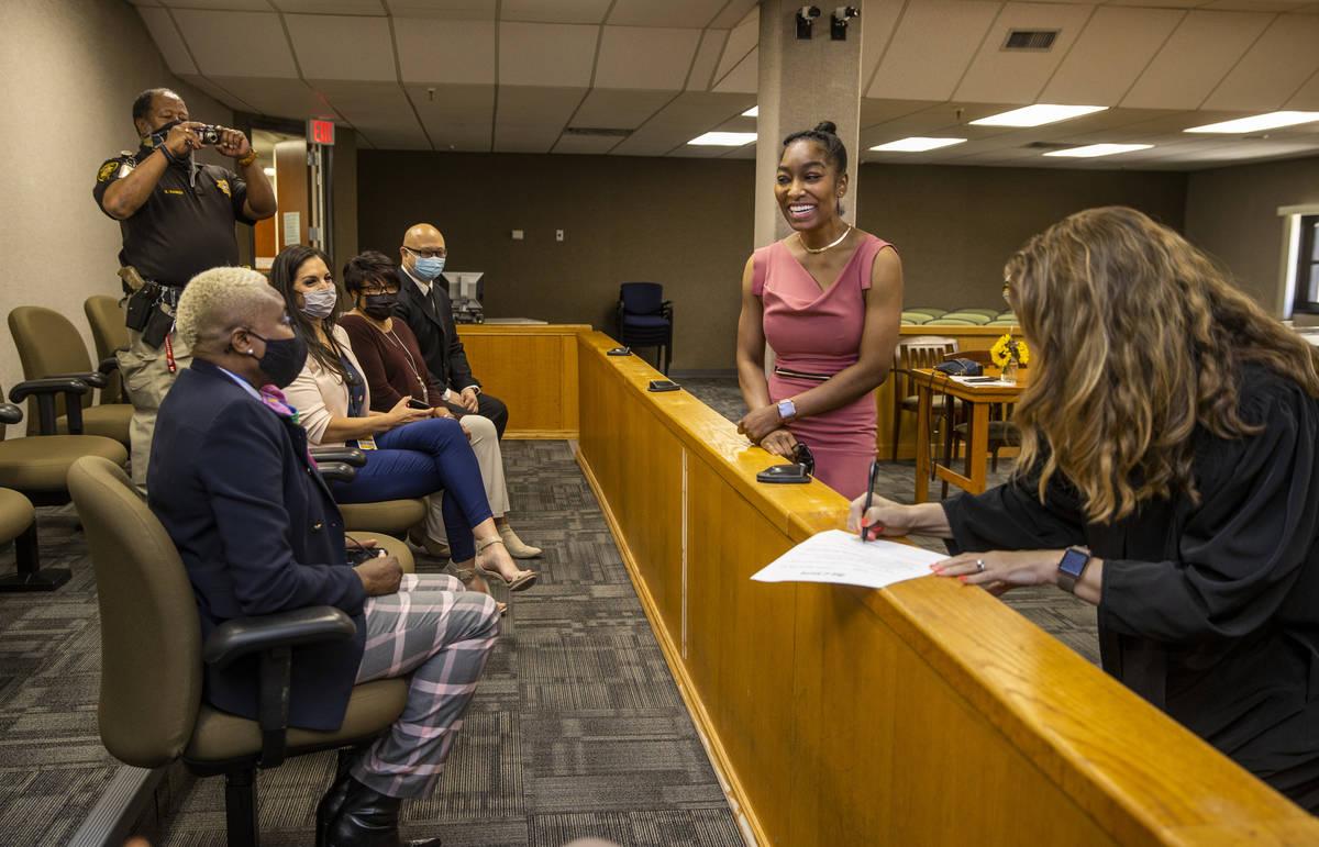 Dominique Bosa Edwards, al centro, ex alguacil del Tribunal de Distrito que aprobó para el Col ...