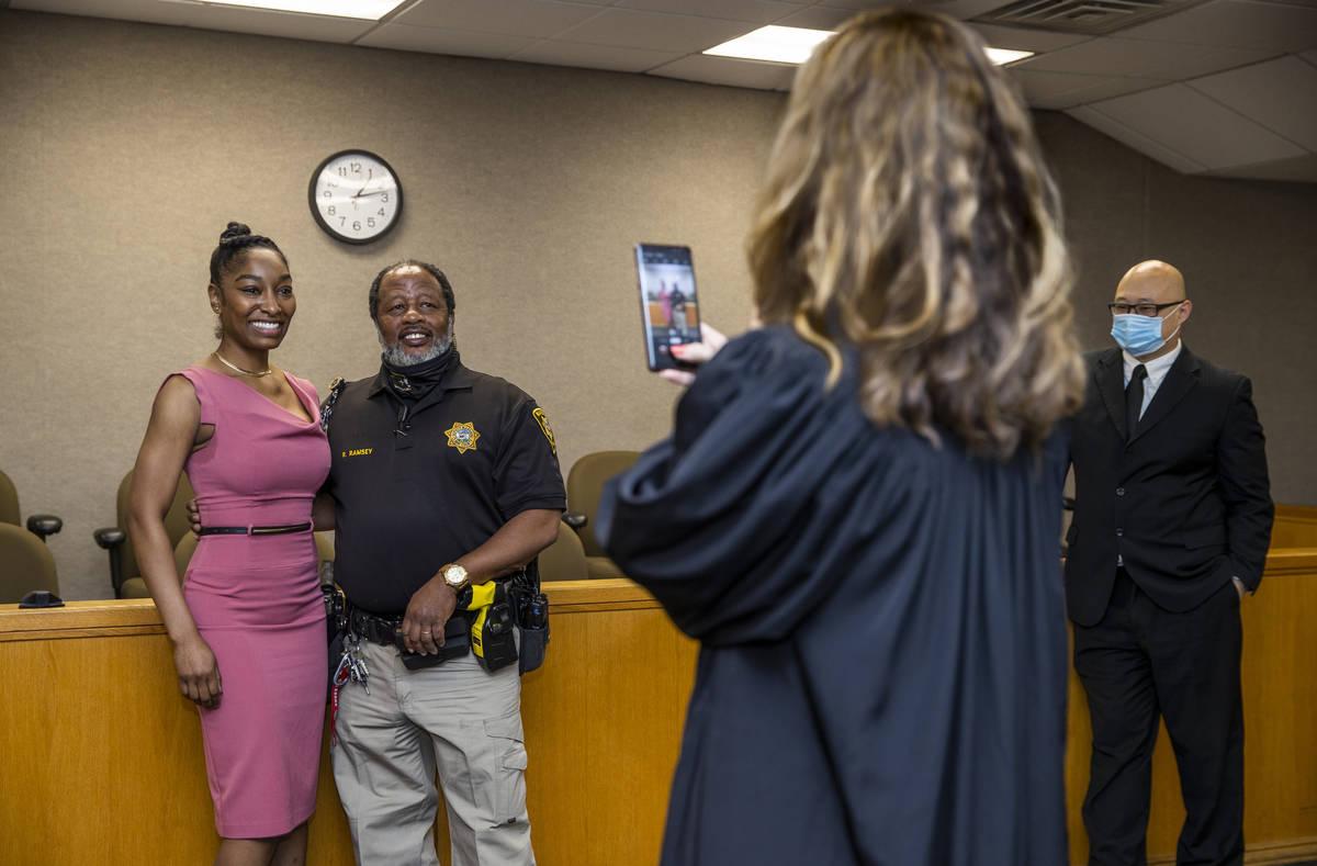 Dominique Bosa Edwards, a la izquierda, ex alguacil del Tribunal de Distrito que aprobó para e ...