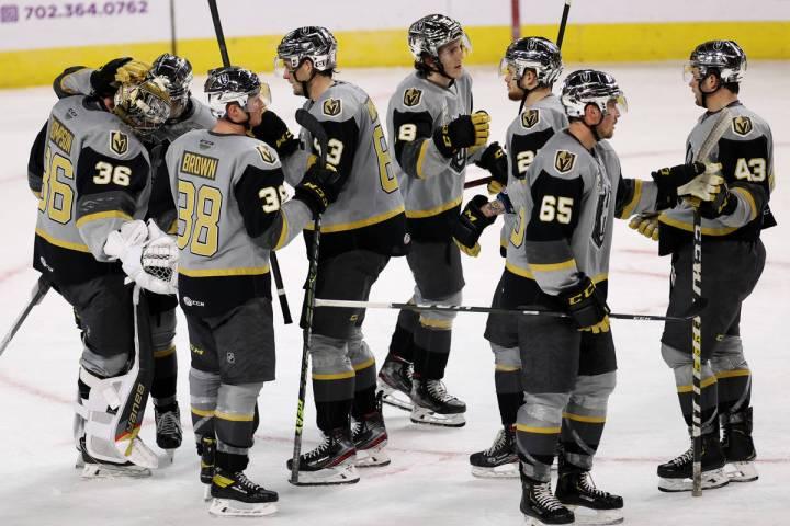 Los Henderson Silver Knights se reúnen tras una victoria contra los Ontario Reign durante un p ...