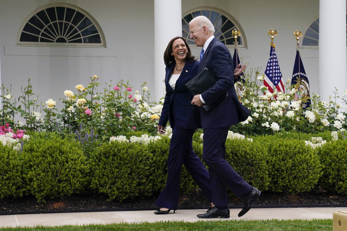 El presidente Joe Biden camina con la vicepresidenta Kamala Harris después de hablar sobre la ...