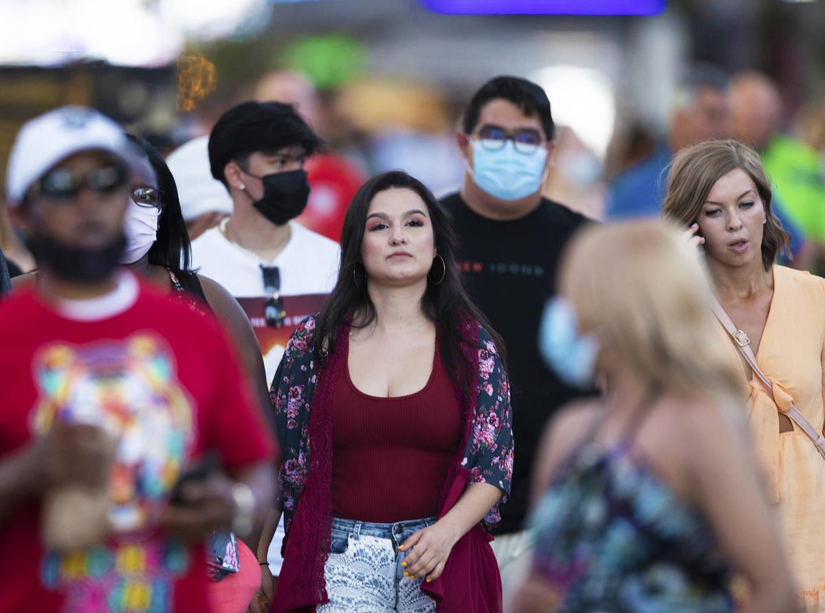 Personas sin máscara caminan por Fremont Street Experience el jueves, 13 de mayo de 2021, en L ...