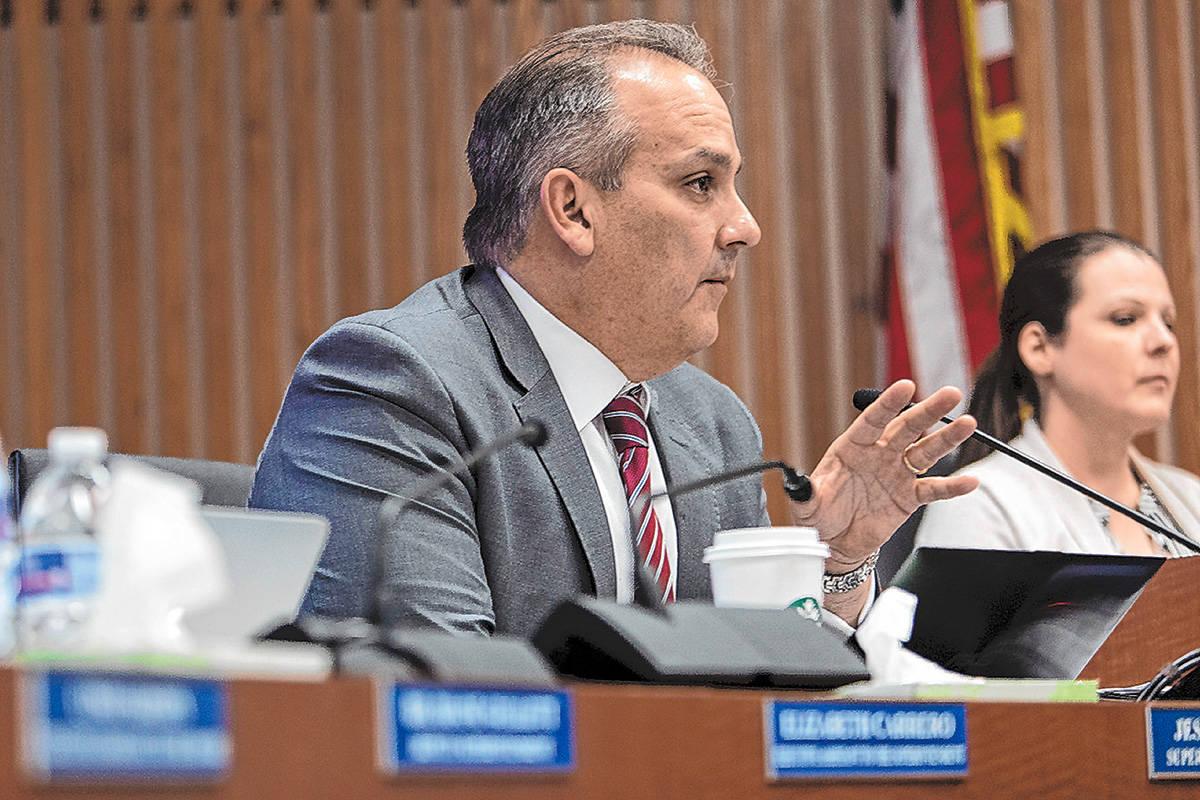 El superintendente del Distrito Escolar del Condado Clark, Jesús Jara, habla con un panel de f ...