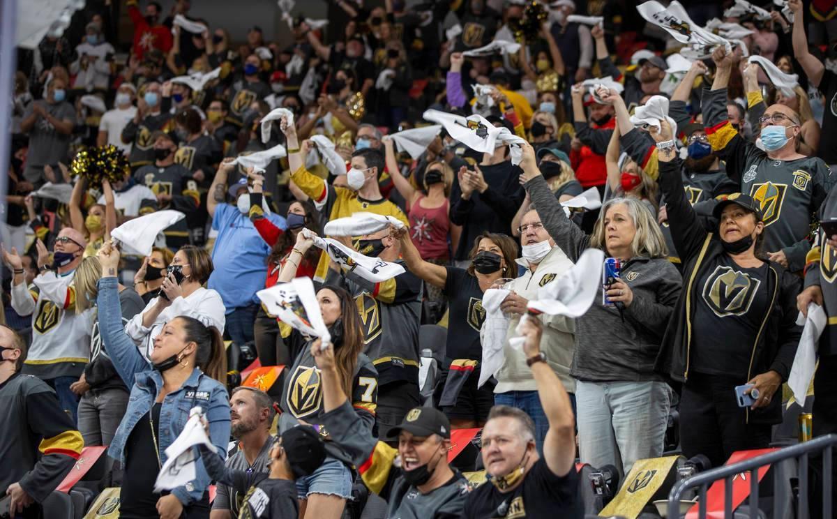 Los aficionados de Vegas Golden Knights animan a su equipo contra Minnesota Wild durante el pri ...