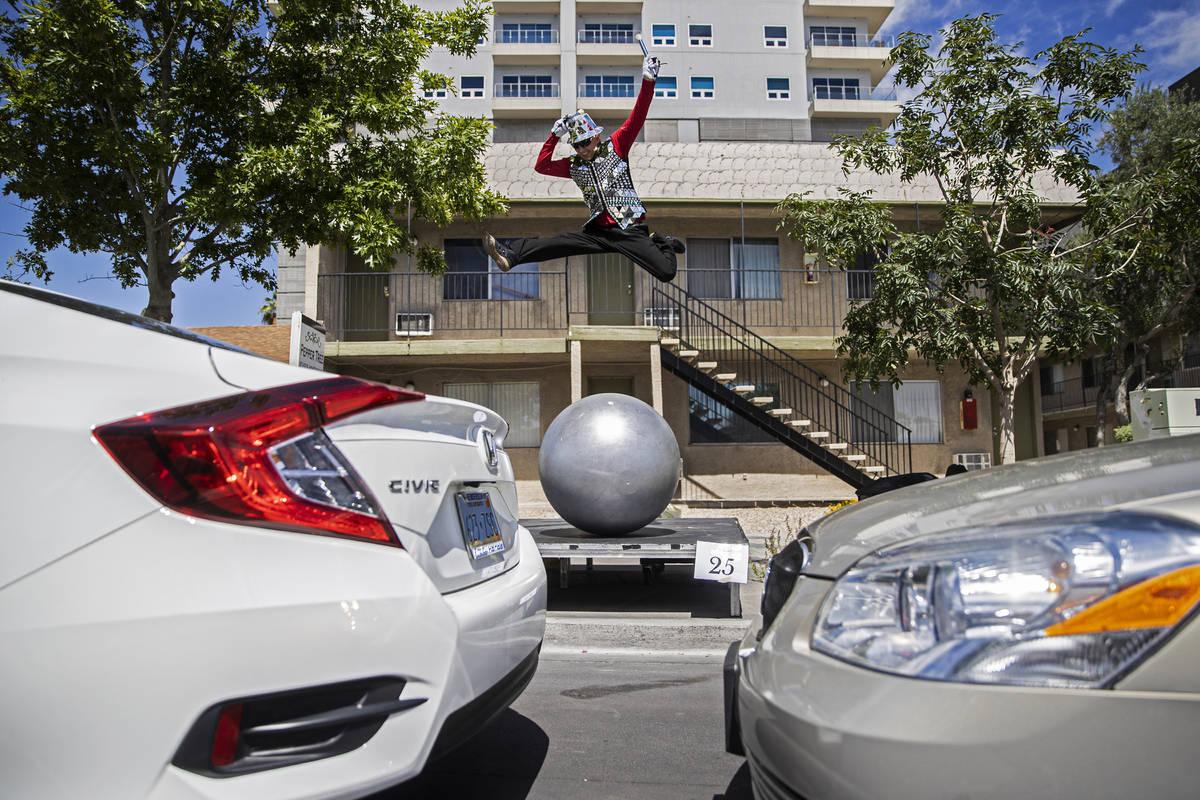 Dumitru Uzum salta en el aire mientras actúa para los coches que pasan durante el desfile de L ...