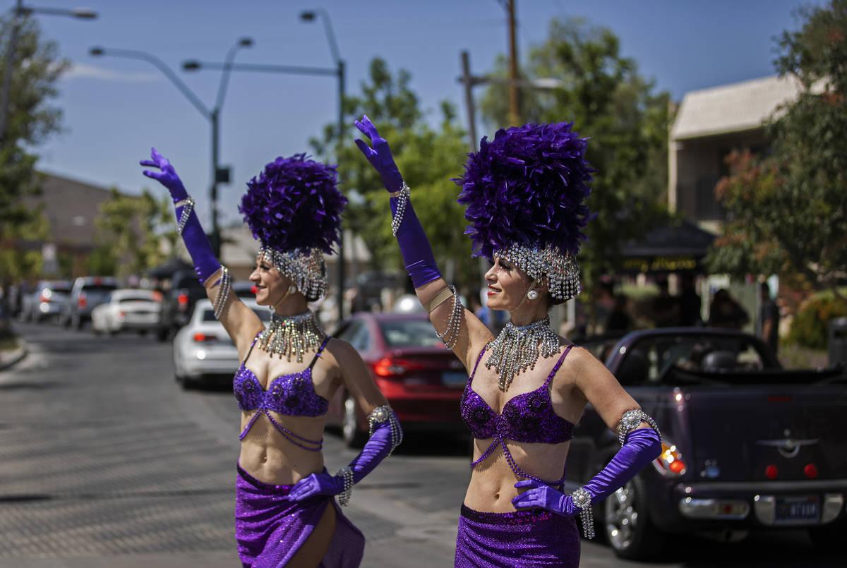 Las coristas Andrea Russ, a la derecha, y Sara Vandewater saludan a los peatones durante el des ...