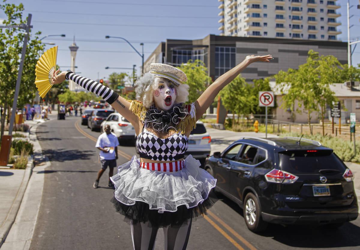 La zanquera Jackie Daneri saluda a los coches que pasan durante el desfile de Las Vegas Days el ...