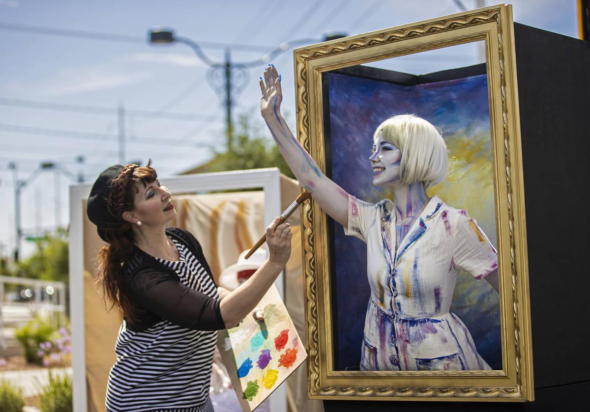 Robin Slonina, a la izquierda, fundadora y artista residente en Skin City, retoca a la modelo M ...