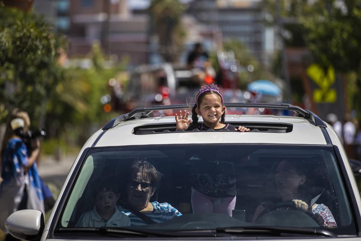Virginia Cáceres, de seis años, saluda a los peatones durante el desfile de Las Vegas Days el ...
