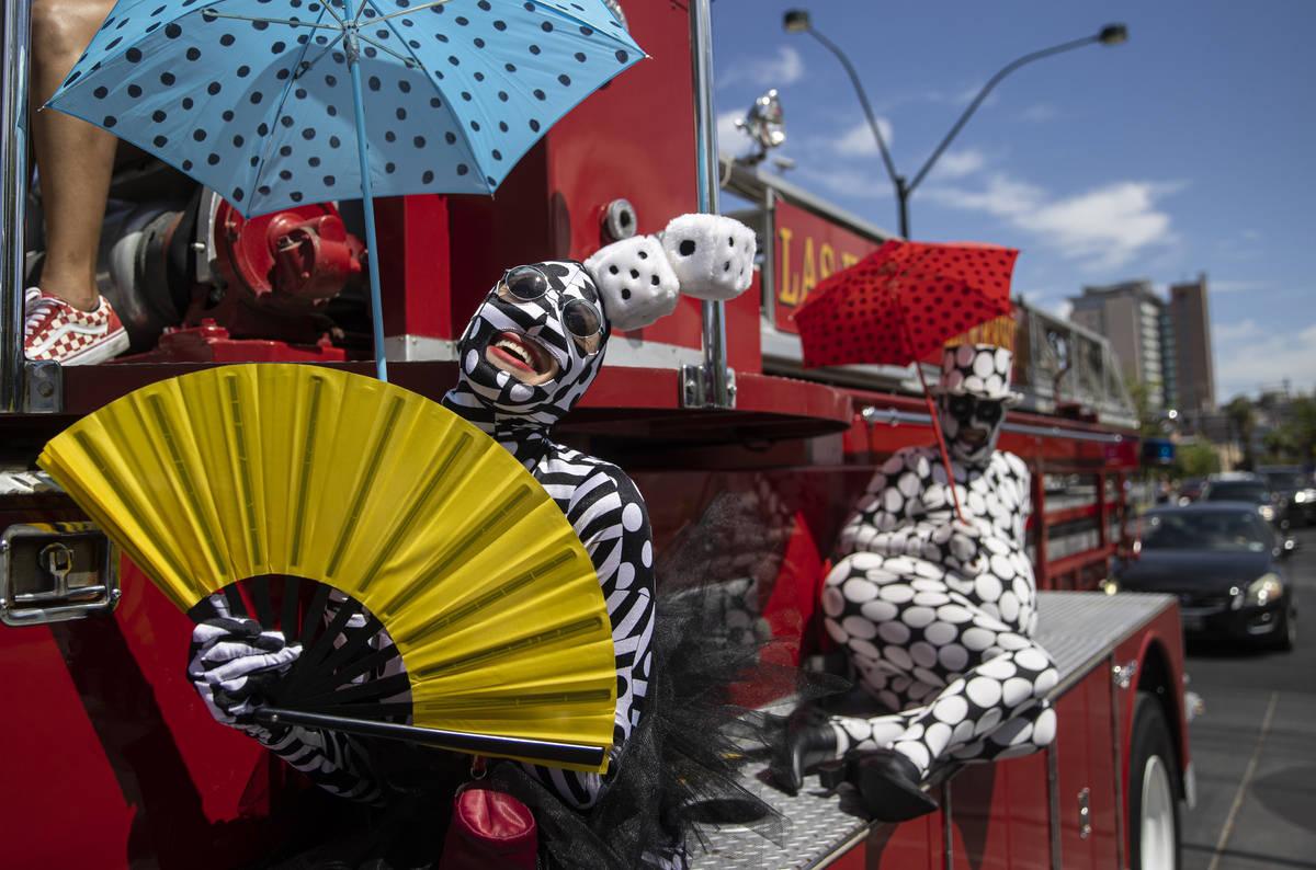 Los animadores del desfile hacen autostop con los Bomberos y Rescate de Las Vegas durante el de ...