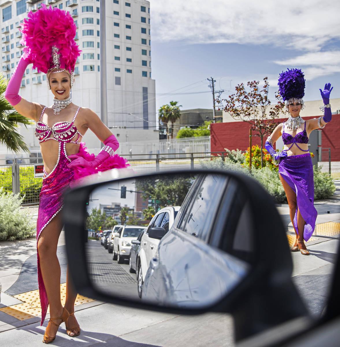 Coristas saludan a los coches que pasan durante el desfile de Las Vegas Days el sábado, 15 de ...