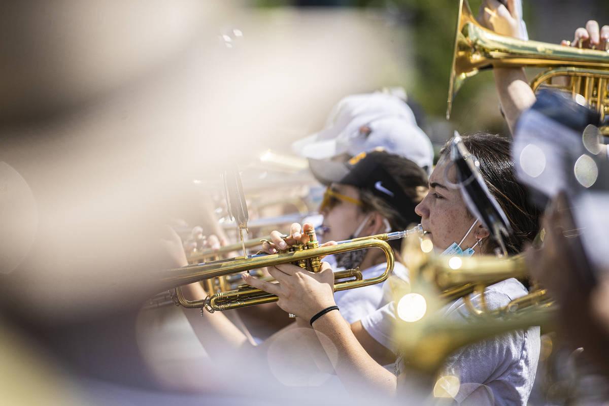 Una hilera de trompetistas toca durante el desfile de Las Vegas Days el sábado, 15 de mayo de ...