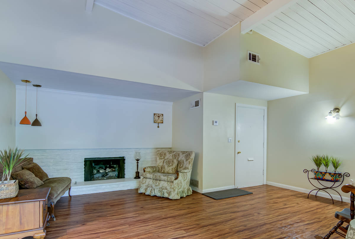 La sala en 17964 Keswick St. en Reseda, Calif. (Luan Pernia/Luxury Video Tour)