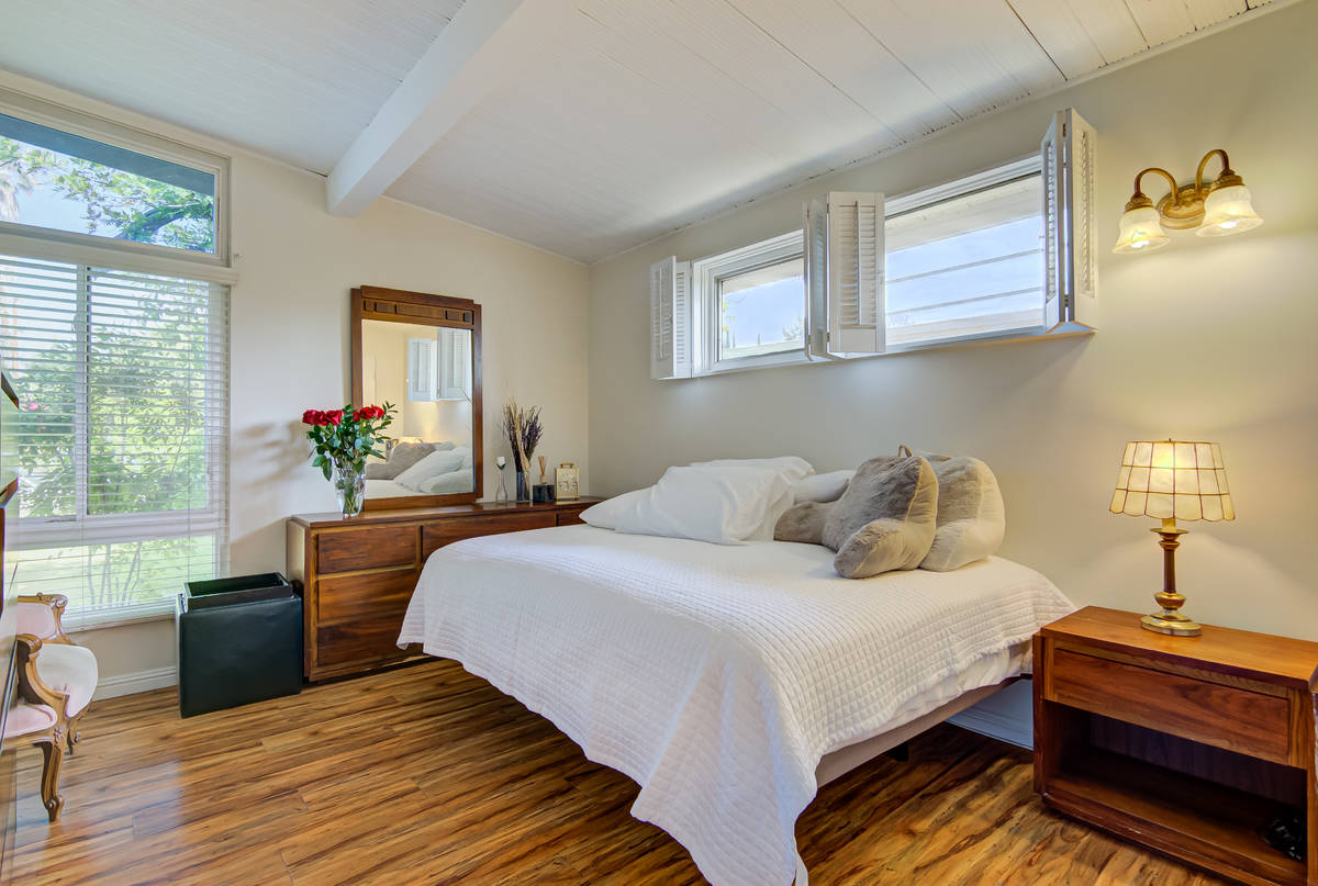 Un dormitorio en 17964 de la calle Keswick en Reseda, California. (Luan Pernia/Luxury Video Tour)