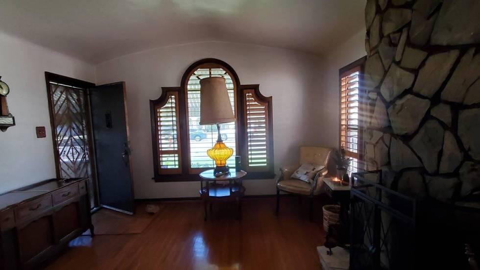 La sala de 8740 S. Hobart Blvd. en Los Ángeles. (Michelle Hicks)