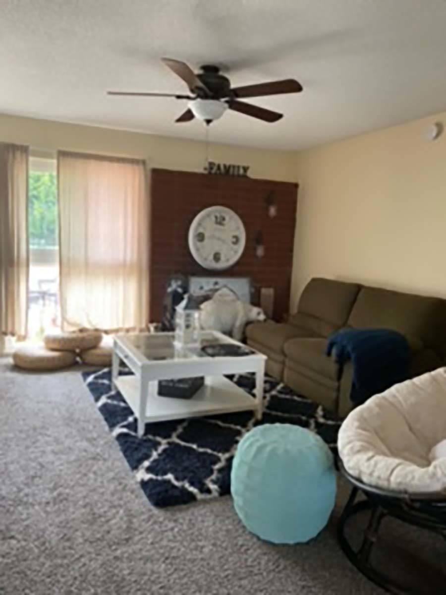 La sala en 11316 Balboa Blvd., Granada Hills, Calif. (Susan Choquette)