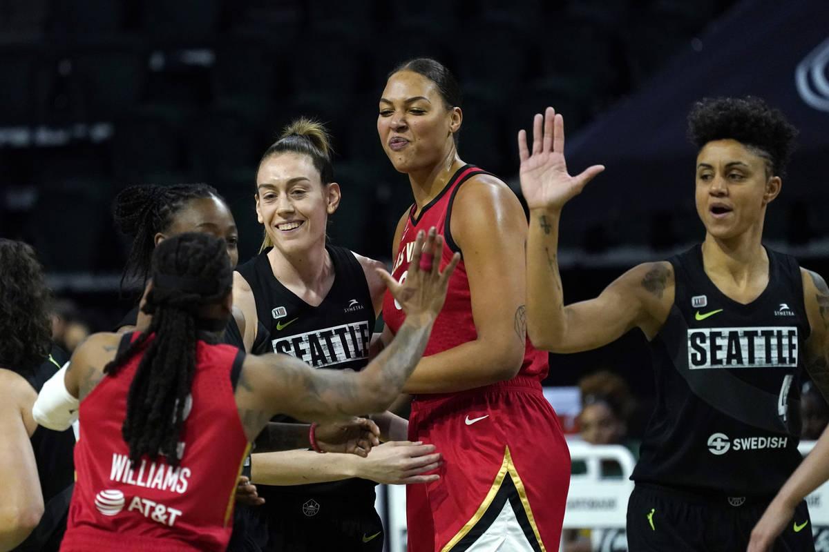 Breanna Stewart, segunda a la izquierda, y Candice Dupree (4), de Seattle Storm, saludan a Riqu ...