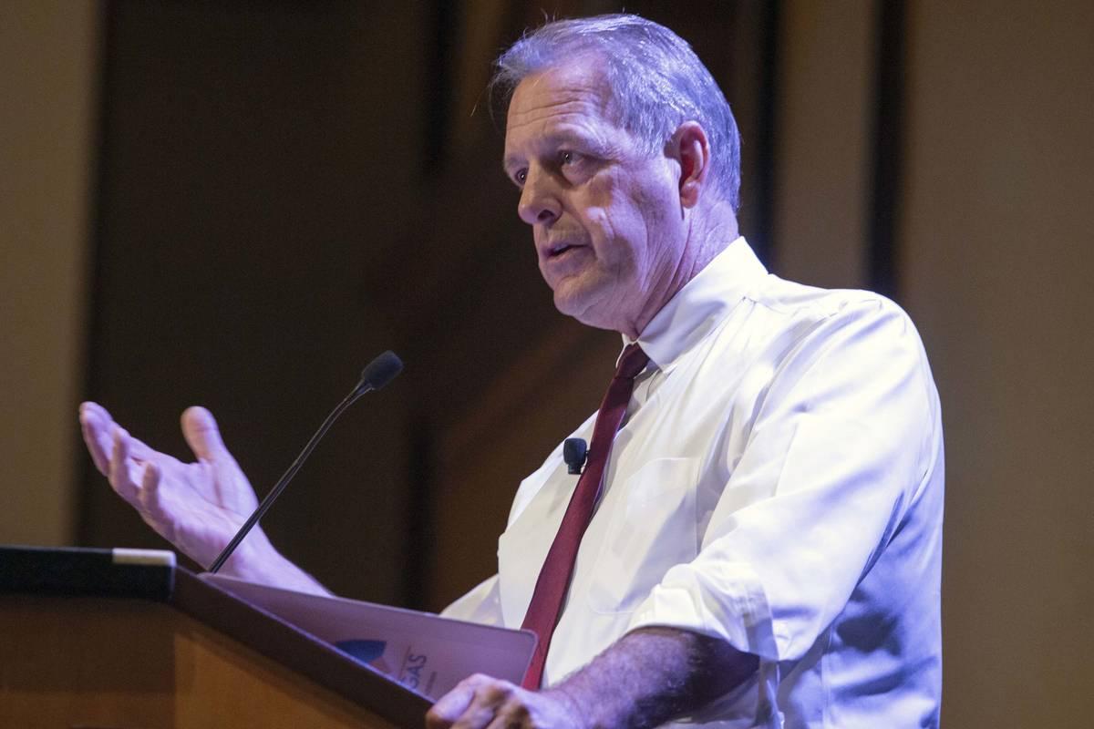 El alcalde de North Las Vegas, John Lee, organizó una mesa redonda con propietarios de pequeñ ...