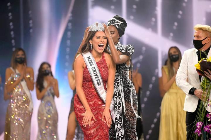 Esta imagen divulgada por la Organización Miss Universo muestra a Andrea Meza, reaccionando al ...