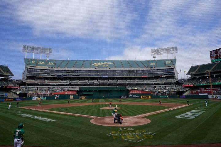 Los Oakland Athletics juegan contra los Baltimore Orioles en un partido de béisbol en Oakland, ...