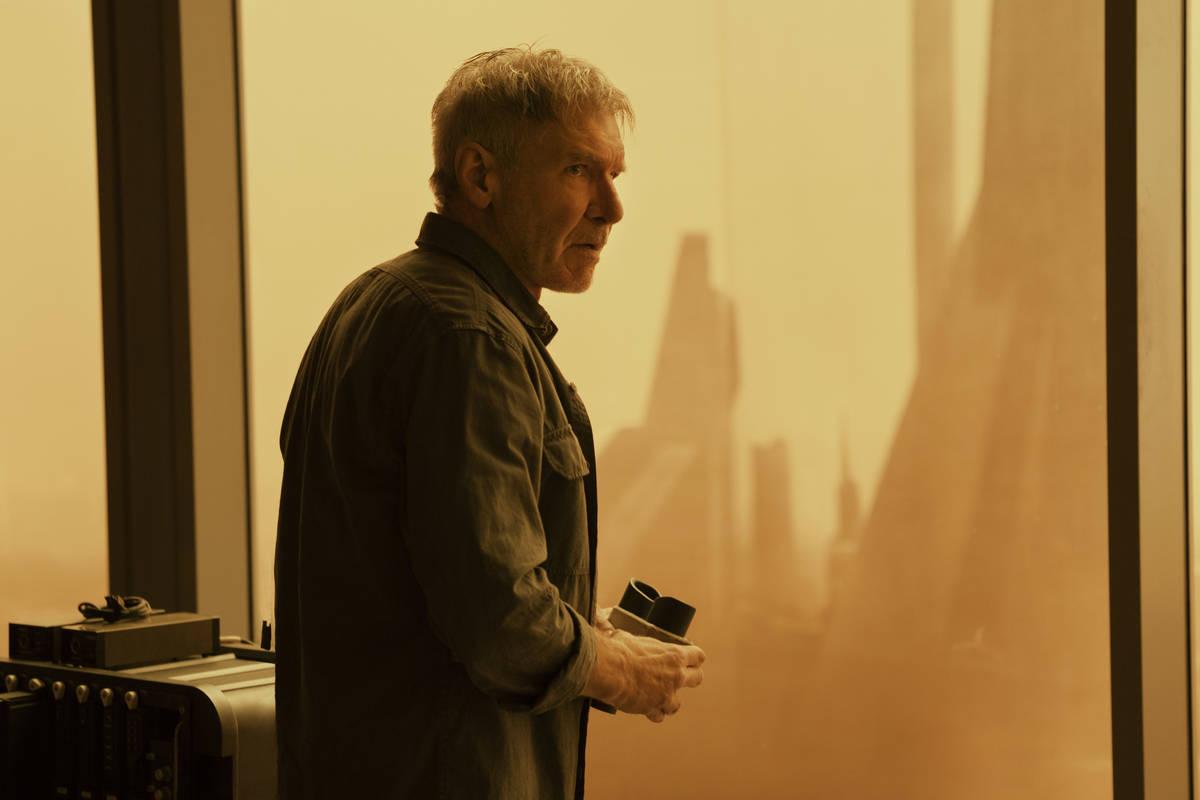 "Rick Deckard (Harrison Ford) contempla una Las Vegas irradiada en ""Blade Runner 2049."" (Stephen ..."