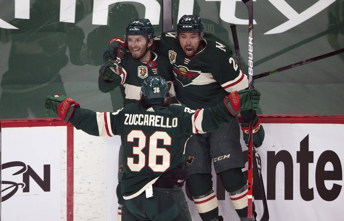 Ryan Hartman (38), de los Minnesota Wild, celebra con sus compañeros Matt Dumba (24) y Mats Zu ...