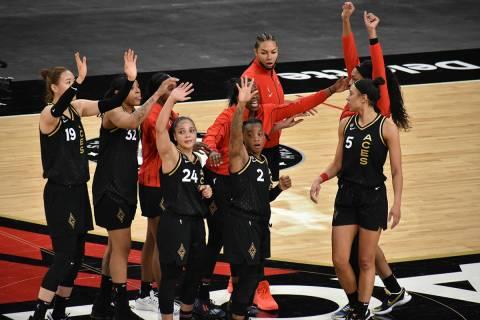 Las jugadoras de Las Vegas Aces saludan al público después de vencer a Los Ángeles Sparks en ...