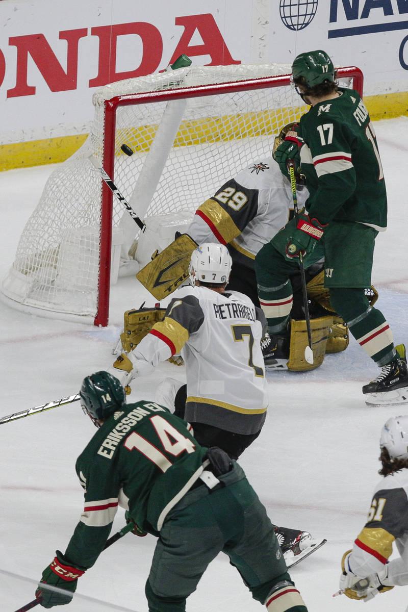 El centro de los Minnesota Wild, Joel Eriksson Ek (14), anota un gol que fue anulado por una ll ...