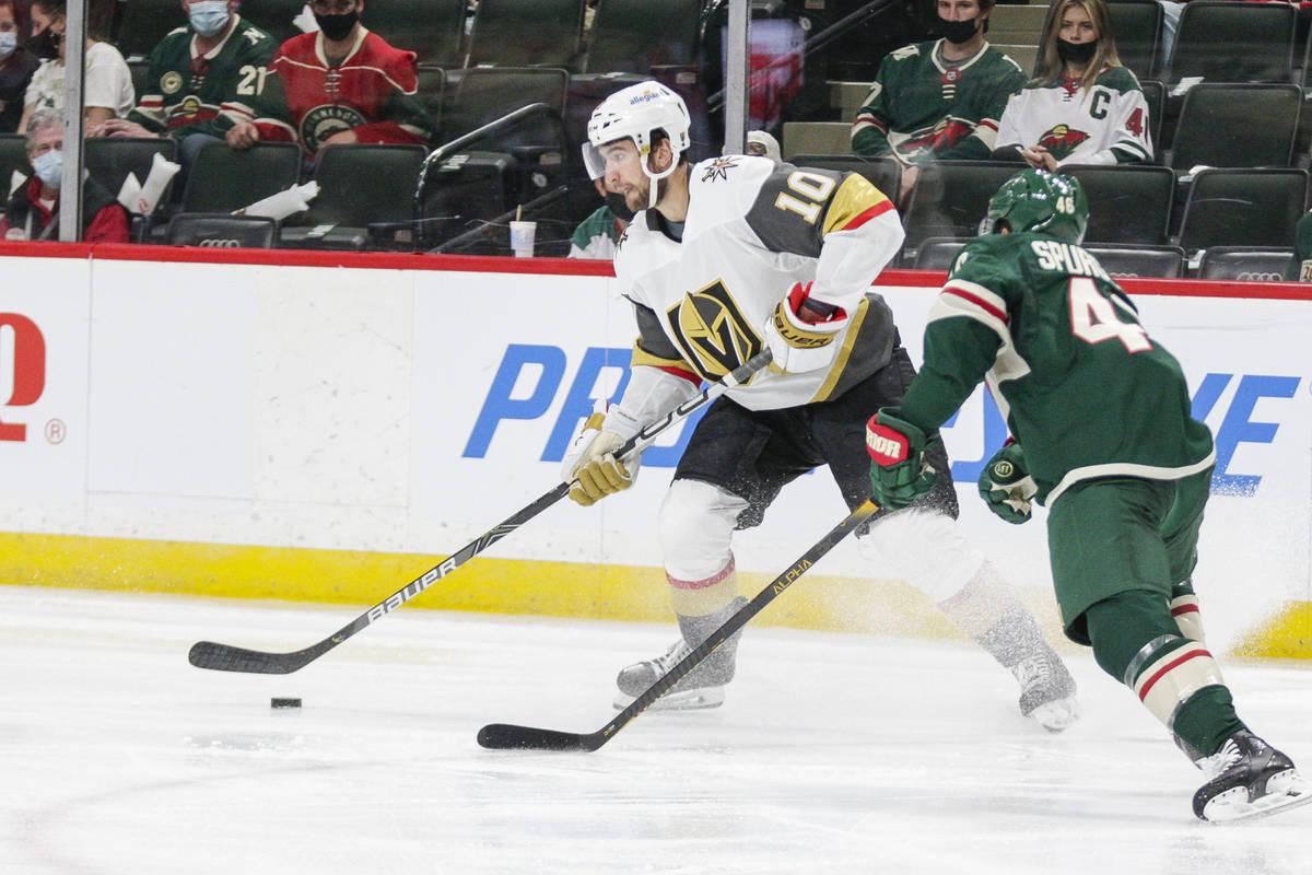 El centro de los Vegas Golden Knights, Nicolas Roy (10), pasa ante el defensa de los Minnesota ...
