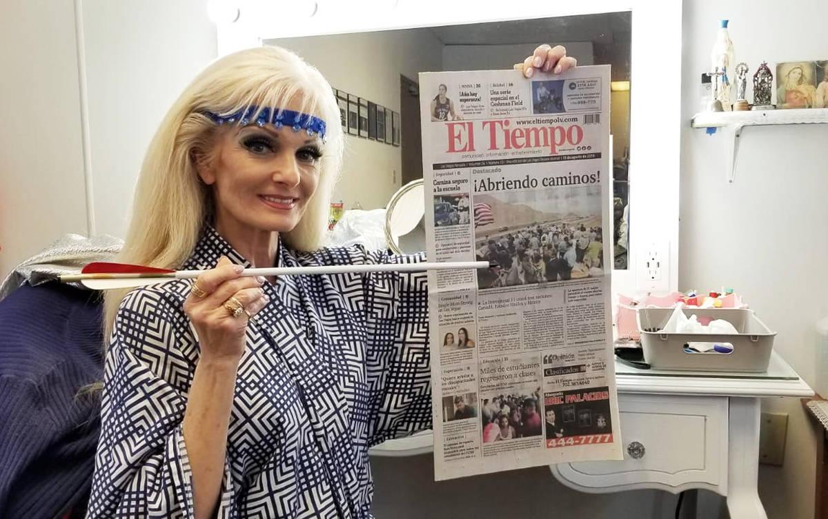 Silvia Silvia posa junto con su periódico favorito El Tiempo, el cual también utiliza en su s ...